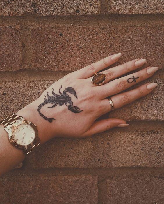 Tatuagens de Signos escorpiao mao