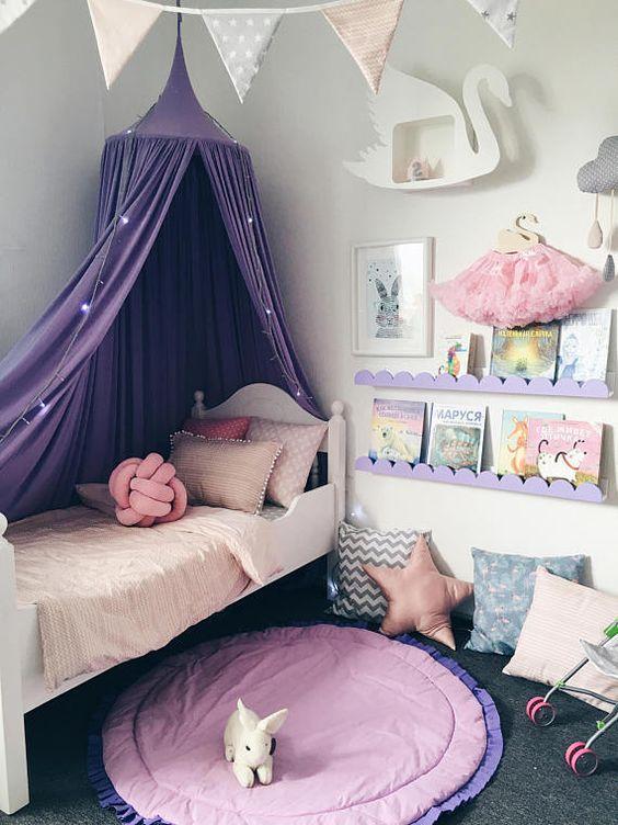 almofada no quarto crianca