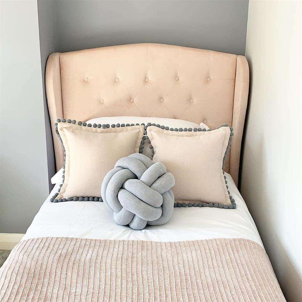 almofada no quarto simples