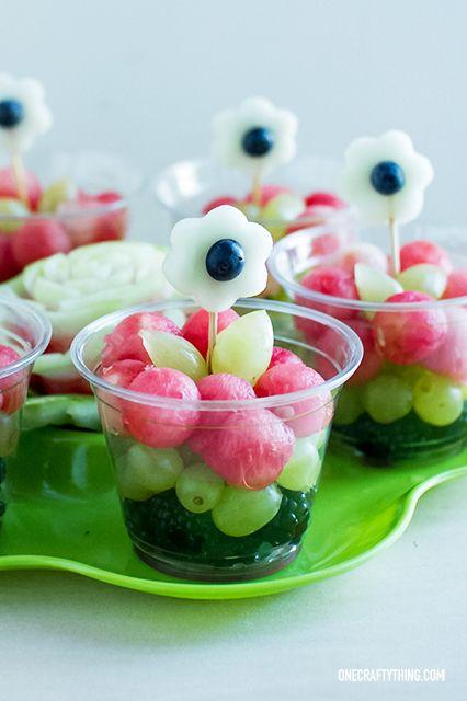 copinhos de fruta com flores