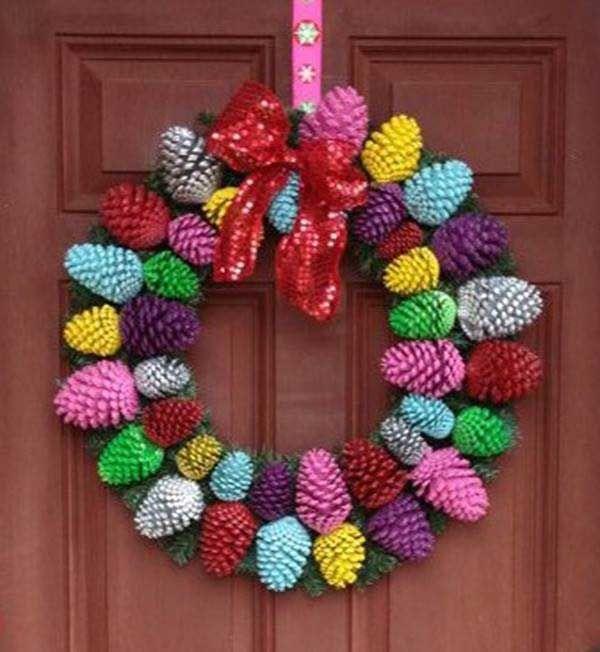 coroa natal com pinhas coloridas