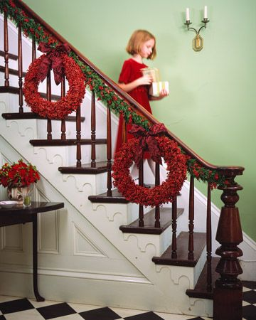 decoração de escadas natal coroas