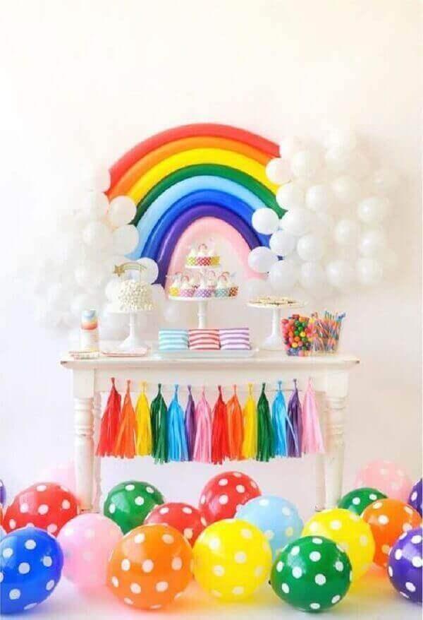 decoracao com baloes dia das criancas arco iris
