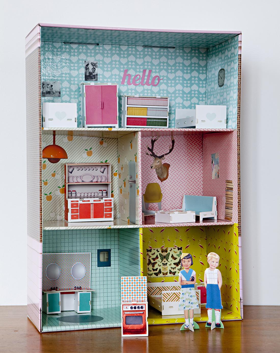 estante transformada em casa de bonecas