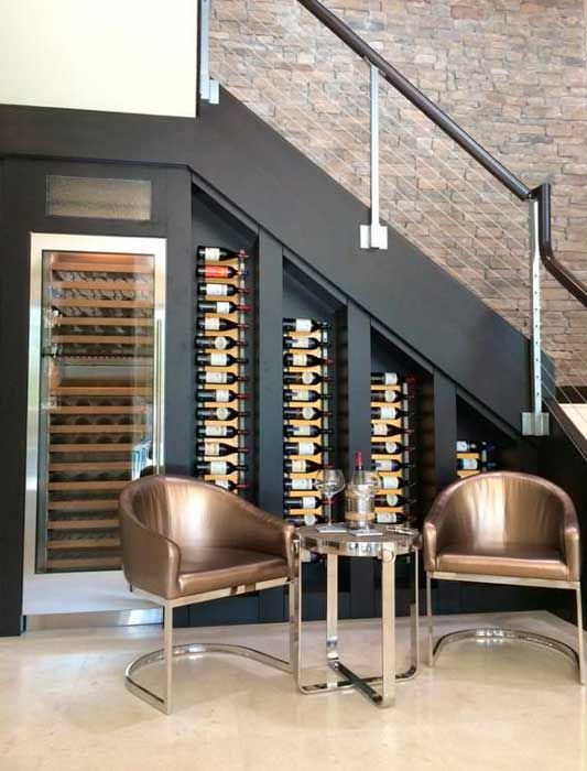 10 ideias para decorar o v o das escadas for Mini bar debajo de escaleras