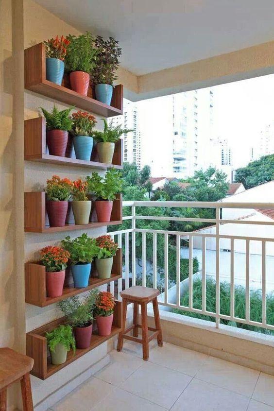 jardim vertical ideias:Jardim vertical com nichos de madeira.