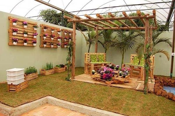 jardim decorado com paletes de madeira