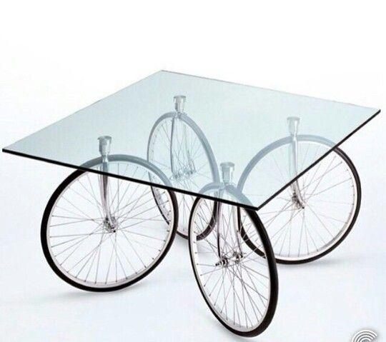 mesa com jantes de bicicleta