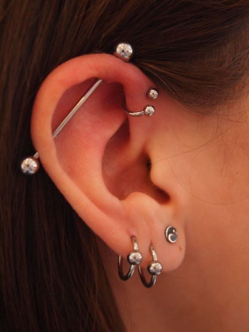 piercing na orelha bolinha transversal