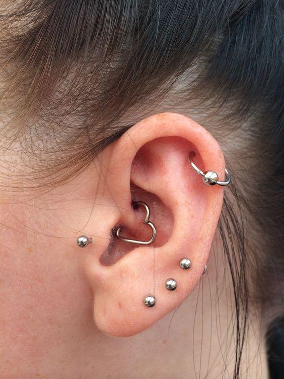 piercing na orelha coracao simples