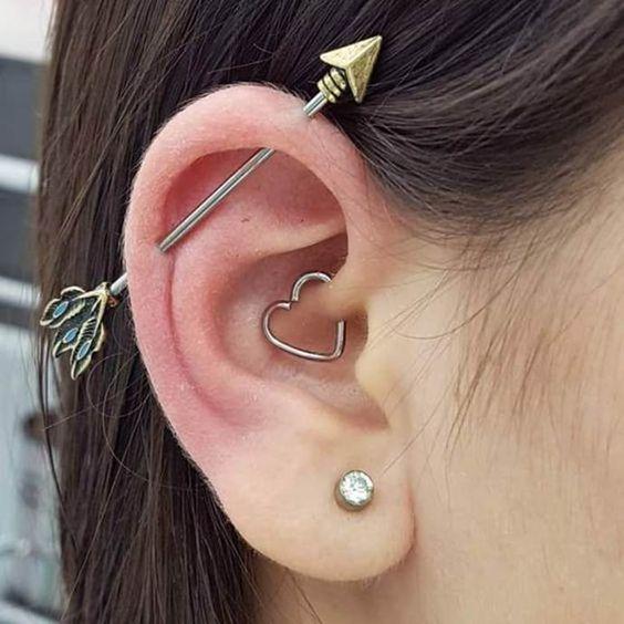 piercing na orelha coracao tranversal