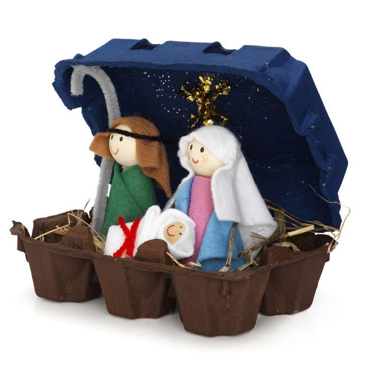 , av trä m.m. Josef och Maria är 9 cm höga. Satsen innehåller kulor av trä, hobbyfärg (brun, mellanbrun, mörkblå), filt, tandpetare, glitter, piprensare, garn, hö, röd penna, pensel. lim och vägledning. Komplettera själv med en liten äggkartong.