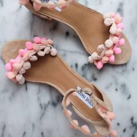sandália pompons
