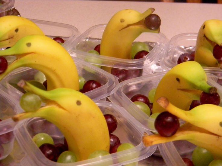 servir fruta em festa divertida