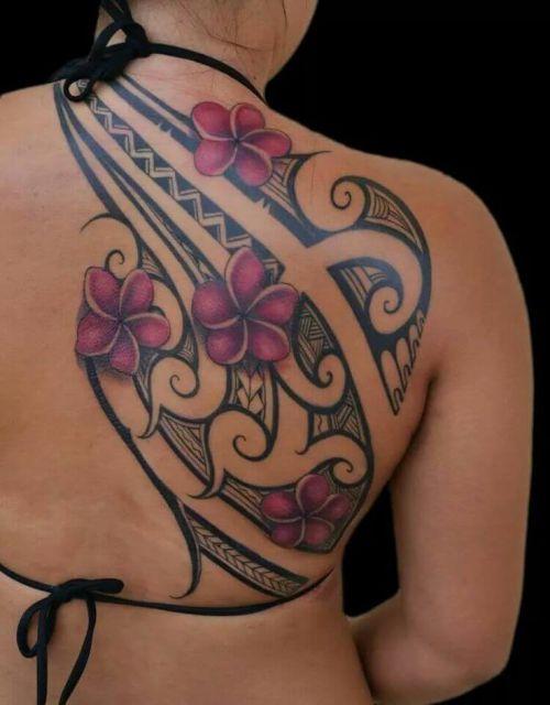 tatuagem feminina tribal costas cor