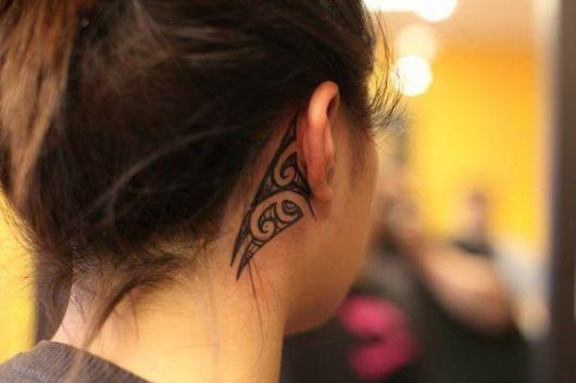 tatuagem feminina tribal delicada orelha