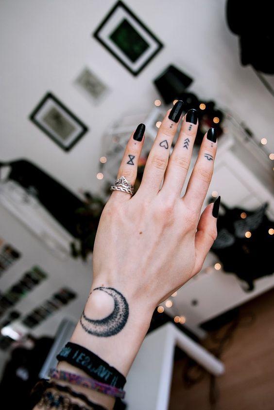 tatuagem mao dedo coracao