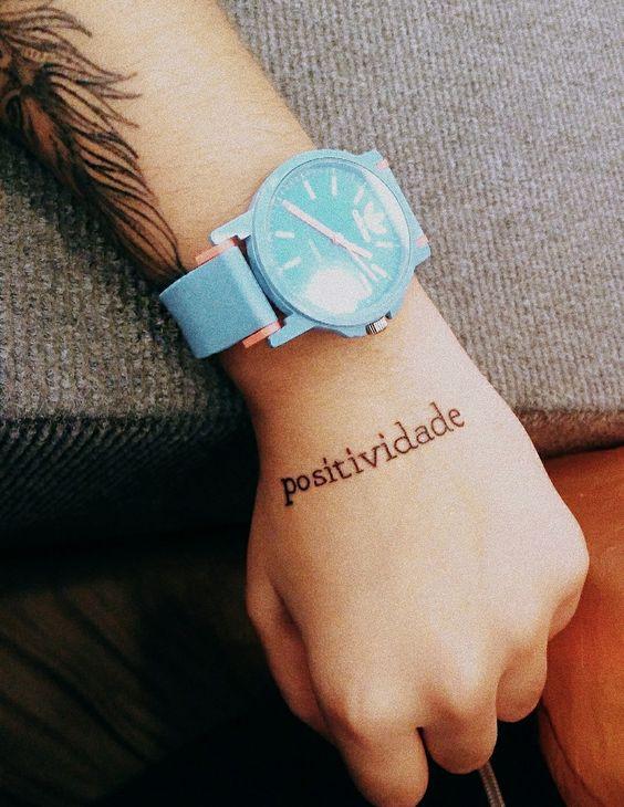tatuagem mao escrita palavra