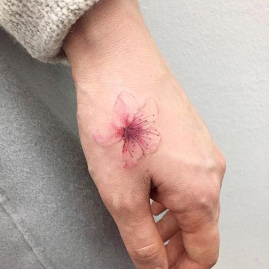 tatuagem mao pequena delicada