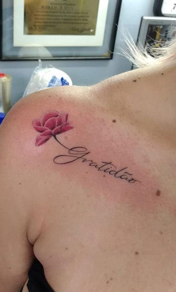 tatuagens escritas ombro