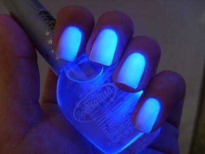 unhas brilham escuro neon
