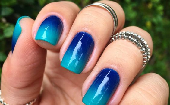 unhas decoradas azul degrade simples