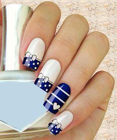 unhas decoradas com peliculas azuis
