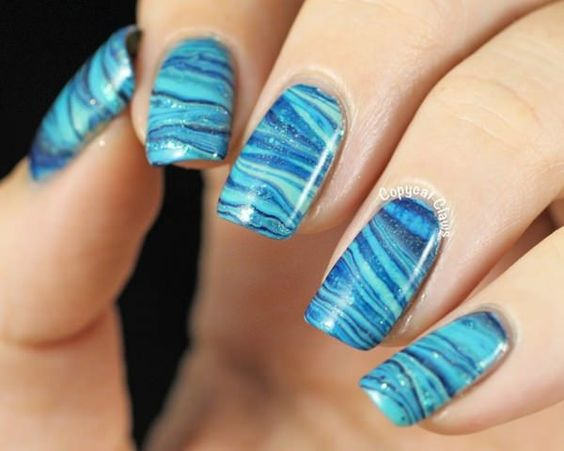 unhas marmorizadas azuis linhas