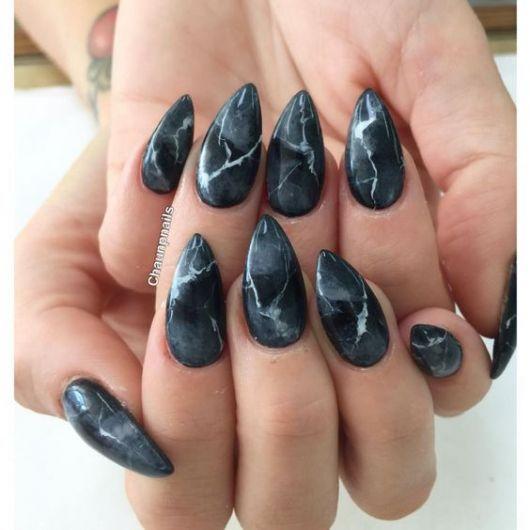 unhas marmorizadas pretas stiletto