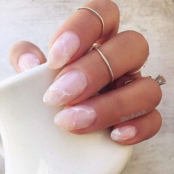 unhas marmorizadas rosa branco