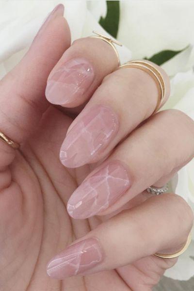 unhas marmorizadas rosa noiva